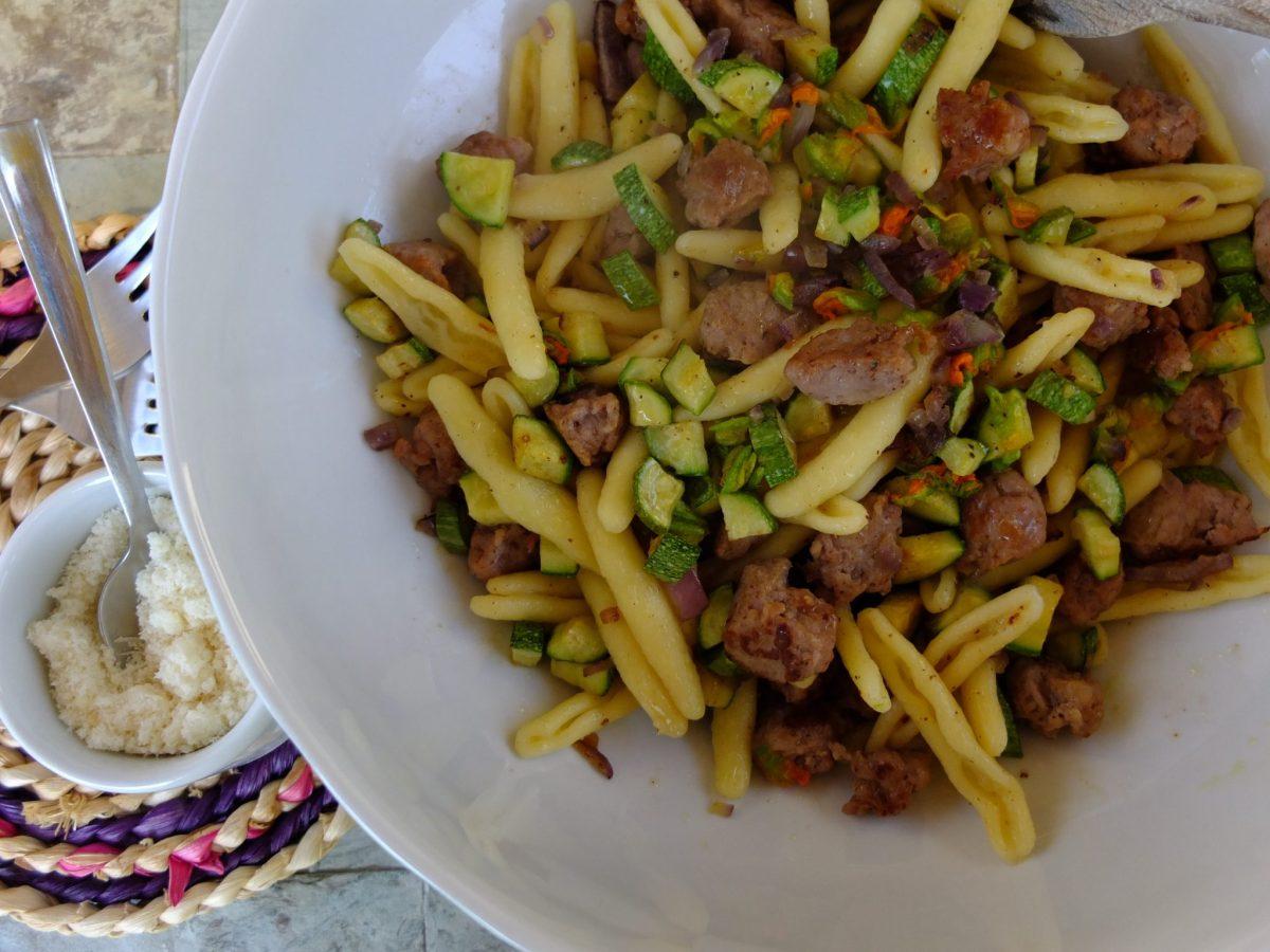 Fusili mit Zucchini, Zucchiniblüten und gerösteter Salsiccia