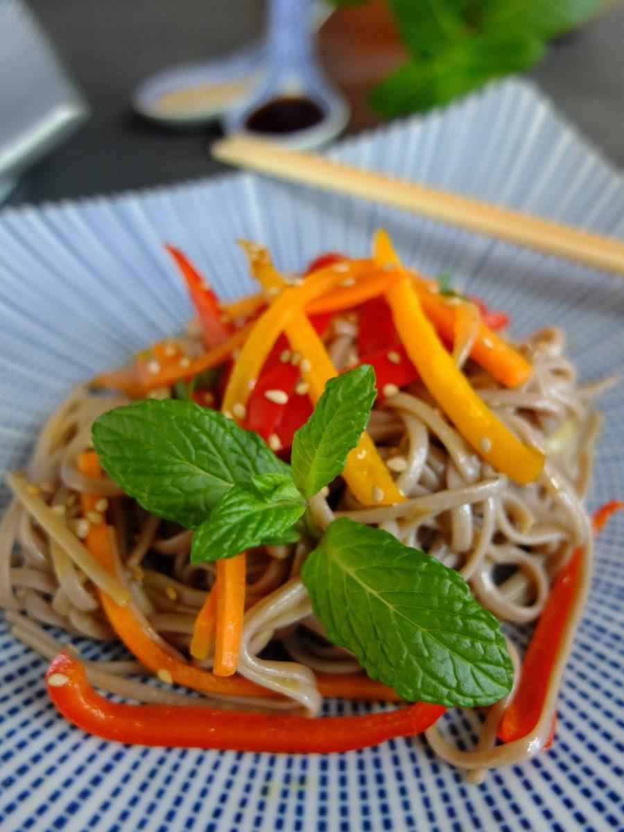 Gebratene Soba-Nudeln mit Paprika, Karotte und Minze (glutenfrei und vegan)