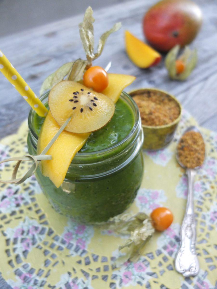 Grüner Mango-Moringa-Smoothie mit Kiwi & Blütenpollen