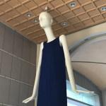 名駅のナナちゃん人形が、今月2度目のワンピース姿でひとやすみ(2018年8月)