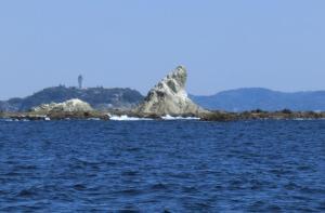 ①釣り船からのエボシ岩、後ろの遠景は江ノ島(2015.3.25)