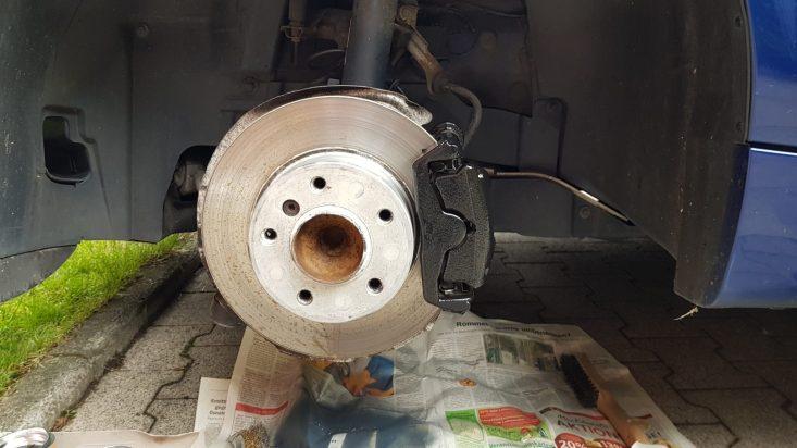 Bremssattel lackieren: Auftragen des Lackes