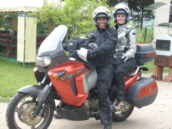 Een foto van Daniel en Eljosha met motorfiets