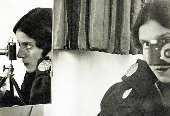 Selbstporträt mit Leica Ilse Bing (1899-1998), 1931 Silbergelatineabzug, 19,5 x 21,5 cm © Thomas Walther Collection