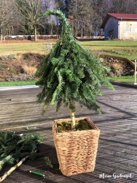 DIY Winter-Deko für draußen - Winterliche Zipfelbäumchen