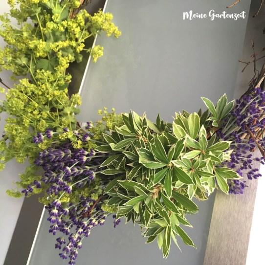 Landkranz mit Lavendel und Frauenmantel