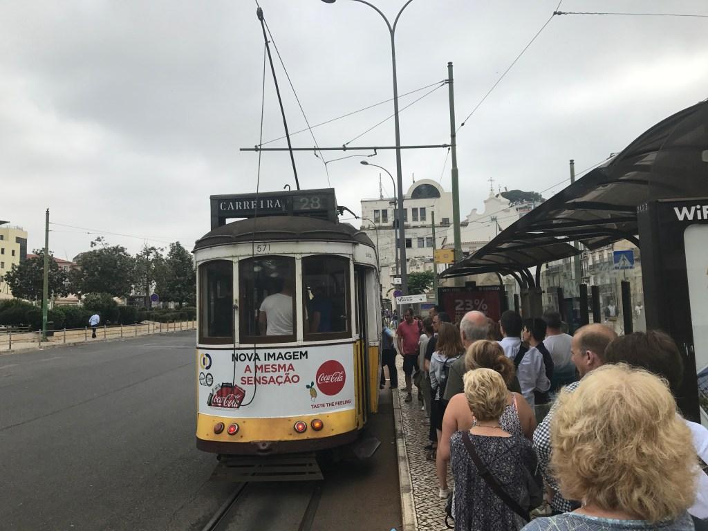 Warten auf Tram 28 an der Haltestelle Martim Moniz