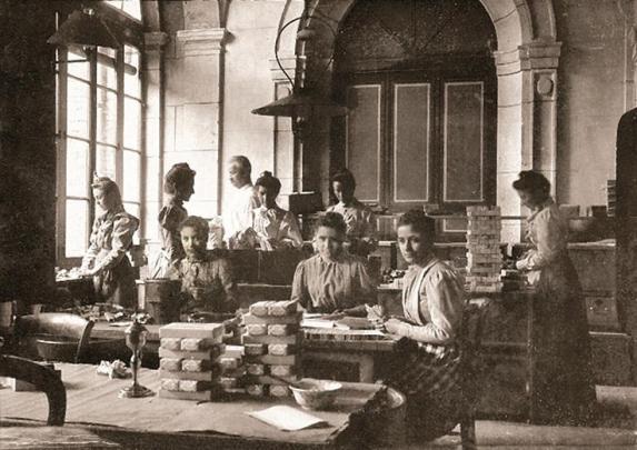 L_atelier de conditionnement des anis de flavigny en 1930_credits_Anis de Flavigny©anisdeflavigny
