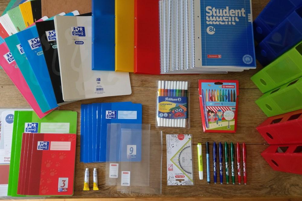 Schulmaterial Bestellung komplett auf dem Tisch