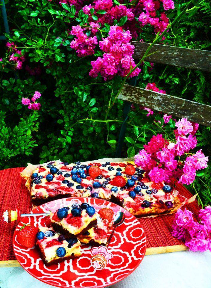 Zugang zu allen Herzen! Cheesecake-Brownies mit Erdbeeren und Heidelbeeren