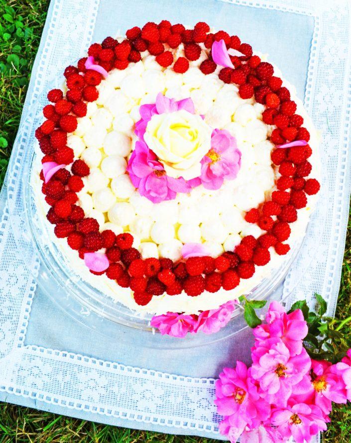 Himmlisches Tortenglück! Weiße Schokoladentorte mit Himbeeren und Rosenblütensirup