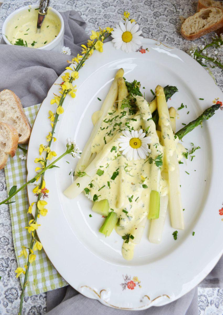 Fabelhaft französisch! Pochierter Spargel mit Sauce Mousseline