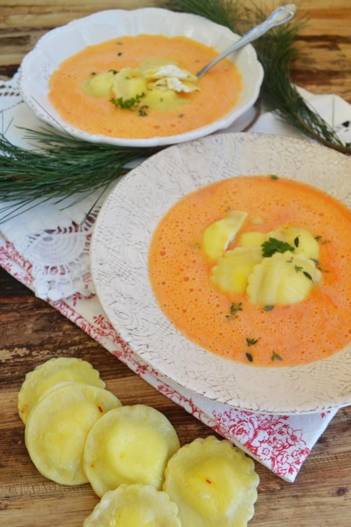 Fein gelöffelt! Rote-Paprika-Schaumsuppe mit Ziegenkäse-Ravioli