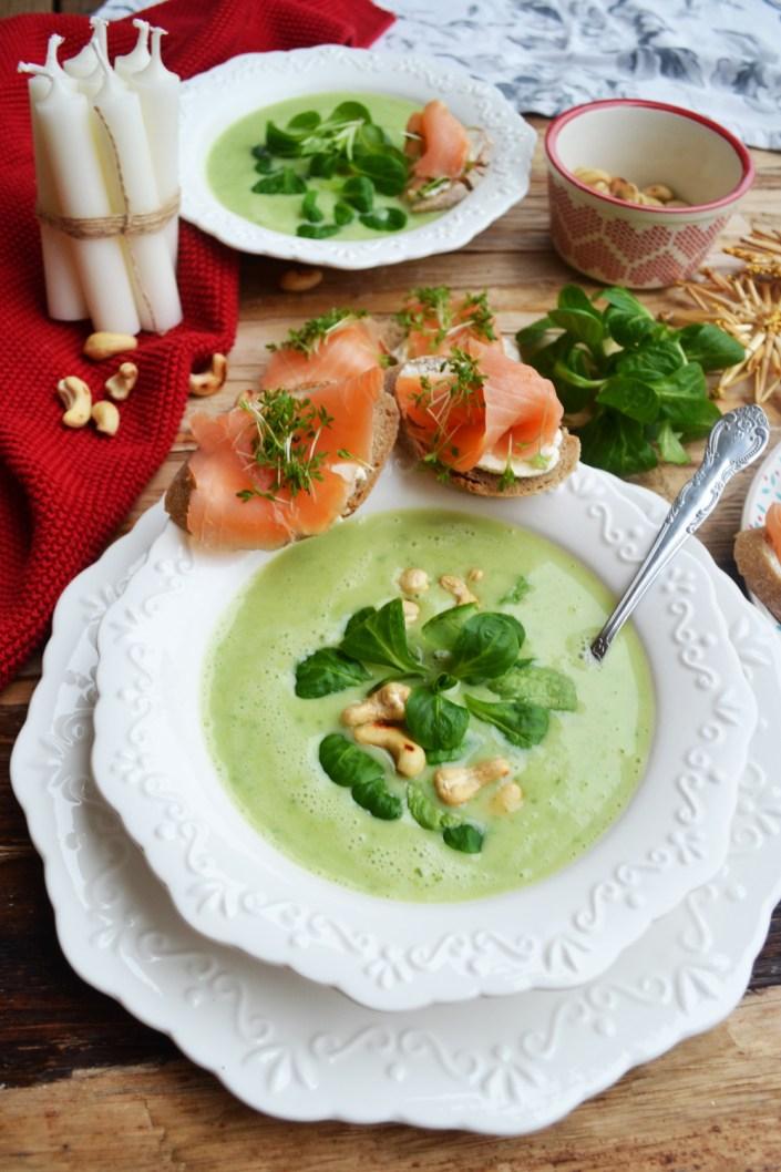 Grünes Löffelvergnügen! Vogerlsalat-Cremesuppe mit Cashewnüssen und Räucherlachs-Brötchen