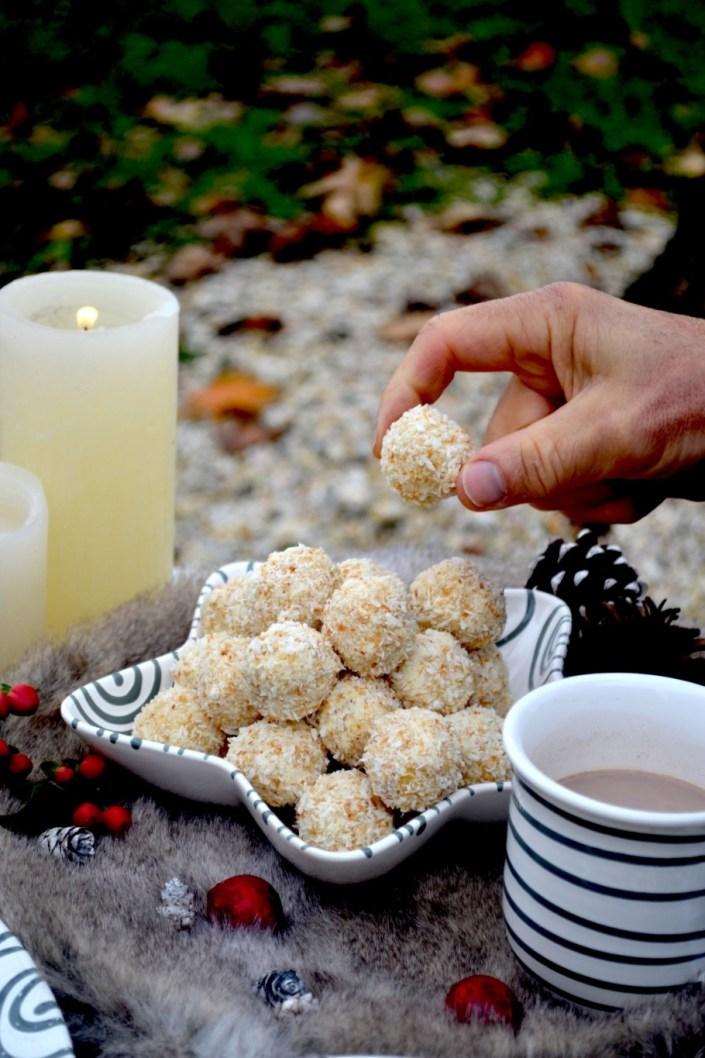 Let the Christmas baking begin! Weiße Schoko-Kokoskugeln & Kleine Linzertörtchen versüßen uns die kuschlige Adventszeit