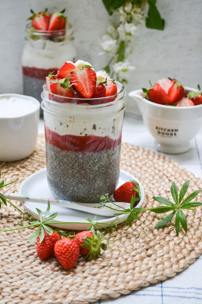 BREAKFAST GOALS! Wir frühstücken uns glücklich in den Tag - Chiapudding mit Erdbeersauce und Kokosjoghurt