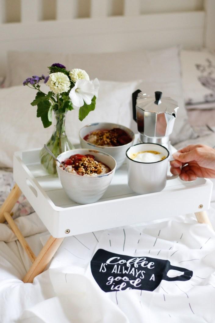 KUSCHLIGES KAFFEE-FRÜHSTÜCK IM BETT! Wärmender Milchreis mit geschmorten Zwetschken, geröstetem Chai-Buchweizen & Golden Milk
