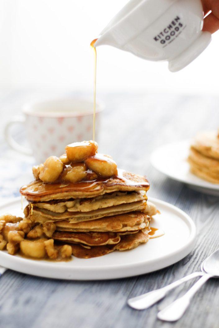 EASY LIKE SUNDAY MORNING! Weihnachtliche Spekulatius-Apfel-Pancakes mit karamellisierten Bananen und Walnüssen