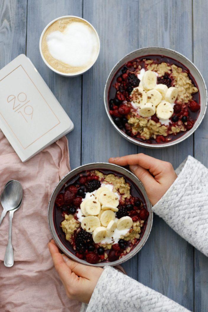 FÜR EINEN POSITIVEN UND MOTIVIERTEN START IN DEN TAG! Cremiges Erdnuss-Porridge & Beeren-Kompott mit Zimt