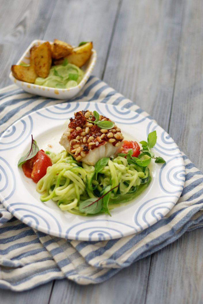 EINFACH KOCHEN FÜR EIN BUNTES LEBEN! Fisch mit Tomaten-Pinienkern-Kruste, Avocado-Zoodles und den besten Ofenkartoffeln
