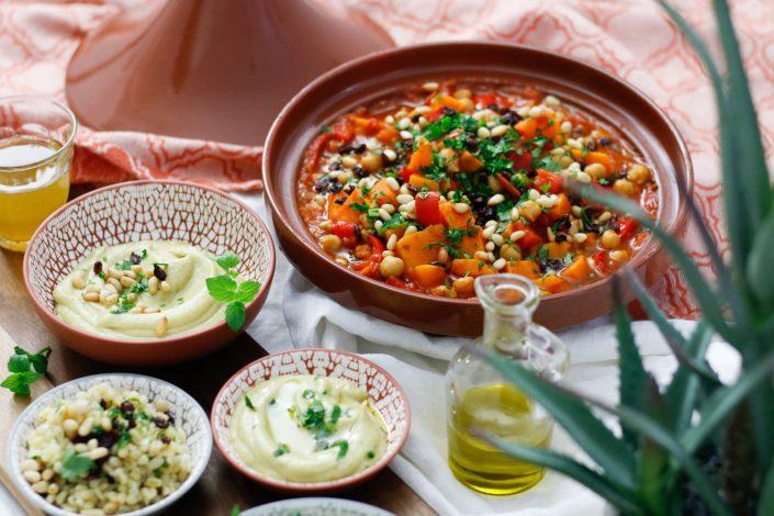KOMMT, WIR REISEN IN DEN ORIENT! Süßkartoffel-Kichererbsen-Tajine mit Kräuter-Berberitzen-Bulgur und Baba Ganoush