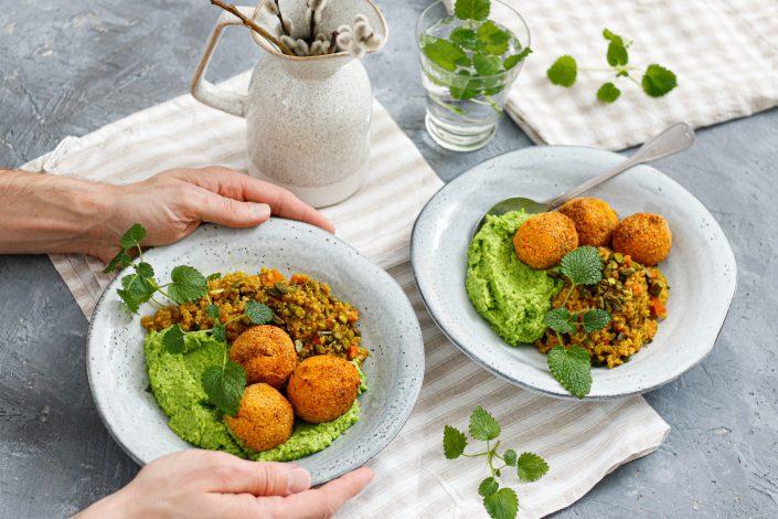 MEINE BUNTE GUTE LAUNE BOWL! Süßkartoffel Falafel Bowl mit orientalischem Quinoa-Salat und Erbsencreme