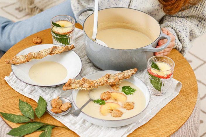 WINTERWONDERLAND KUSCHELMOMENTE! Geröstete Sellerie-Apfel-Suppe mit Dinkel-Käsestangerl