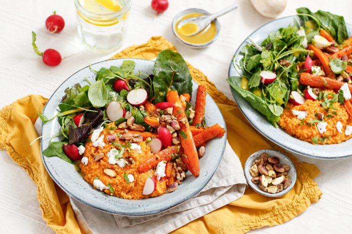 BUNTE FRÜHLINGSBOWL! Hirserisotto mit Ziegenfrischkäse, gerösteten Karotten, Salat mit Senf-Dressing und Pistazien