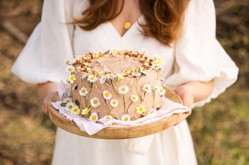 COFFEE FLOWER CAKE! Frühlingswiesen-Traumtorte mit Pistazien und Kaffeecreme & Fair Fashion Empfehlung
