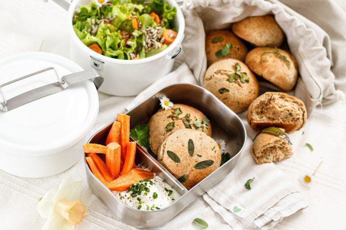 FRISCH GEMAHLEN, HAUSGEMACHT & NACHHALTIG KÖSTLICH! Frühlings-Kräuterbrötchen mit Joghurt-Frischkäse