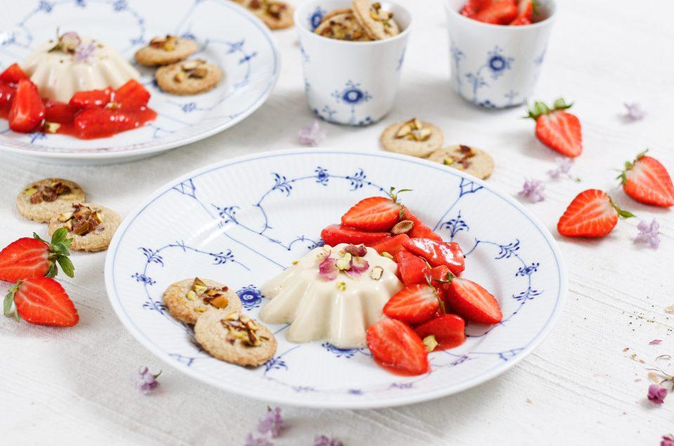PORZELLAN- UND DESSERTVERLIEBT MIT ROYAL COPENHAGEN! Rosen-Panna Cotta mit Erdbeeren und Pistazien-Cookies