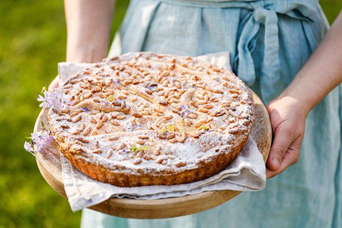 DOLCE VITA FÜR ZUHAUSE! Torta della Nonna mit weißer Schokolade, Zitrone und Pinienkerne