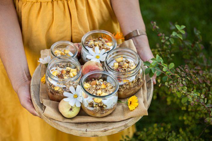 GOLDIGES SEPTEMBERLEUCHTEN! Bewusst gesunder Pfirsichkuchen im Glas (vegan) + Fair Fashion Empfehlung