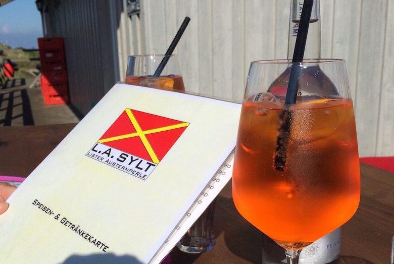 Glas mit Drink und Speisekarte