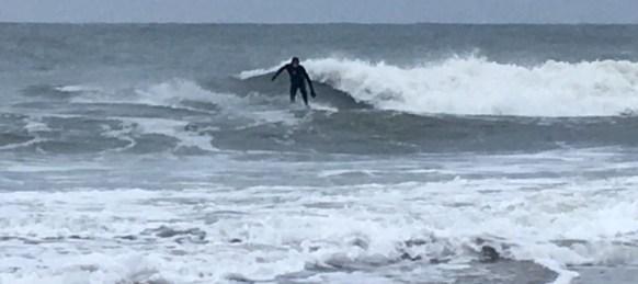 Wellensurfer auf einer Welle