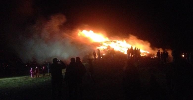 Biike-Feuer mit Menschen-Umrissen