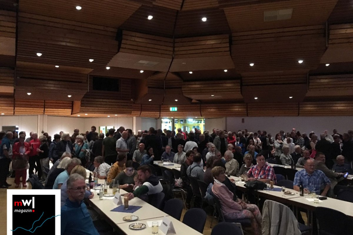 Zahlreiche erwartungsvolle Zuschauer vor der Verkündung des Wahlergebnisses in der Stadthalle Schopfheim.