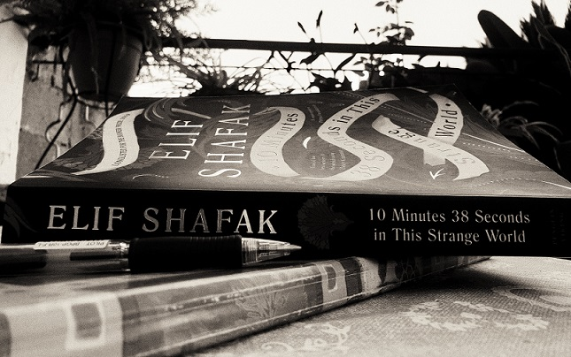 Ten Minutes 38 Seconds in This Strange World / Elif Shafak (אליף שאפאק 10 דקות 38 שניות בעולם המוזר הזה)
