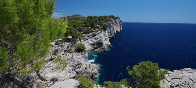 Steilklippen in der Telascici Bucht
