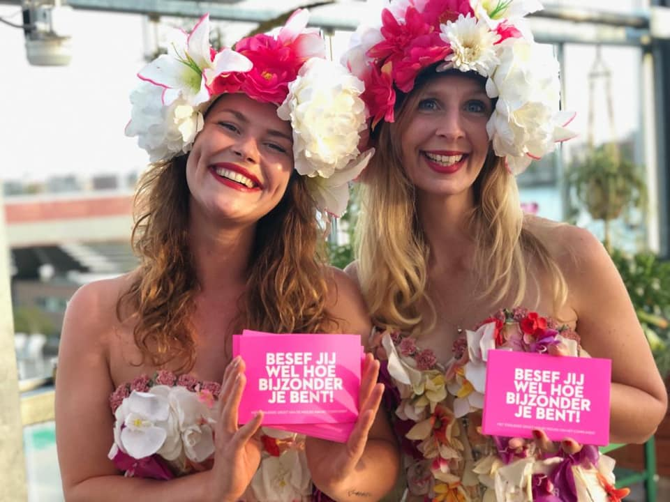 De Meisjes van het Compliment in zomerse bloemen kostuum