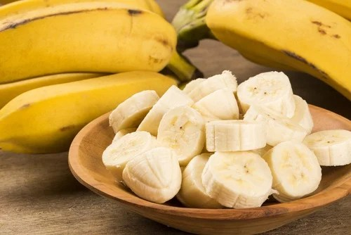 Plátano cortado en una mesa excelente nutriente para el cabello