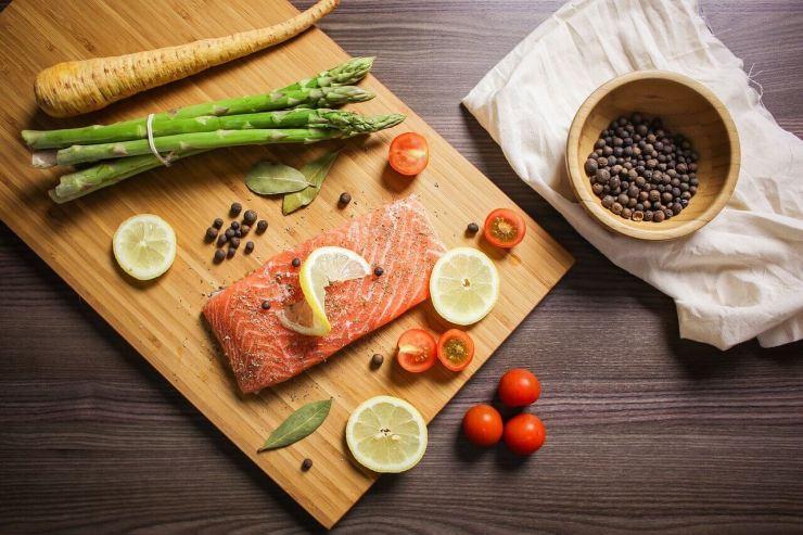El salmón y los vegetales verdes para la ansiedad.