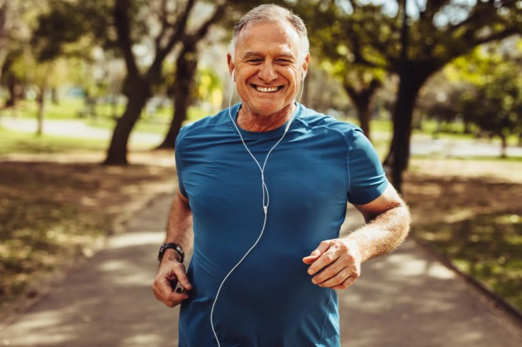 Adulto mayor realiza sprint.