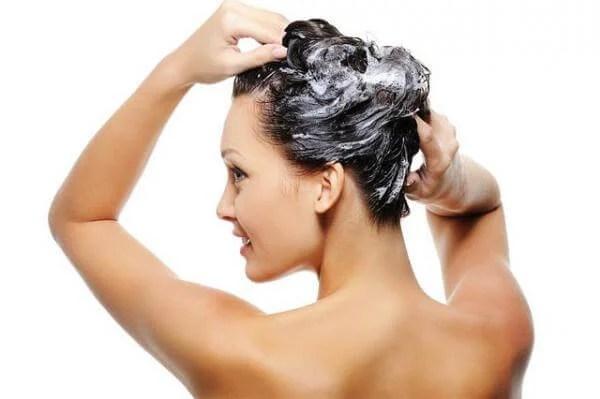 Mujer lavándose el cabello.