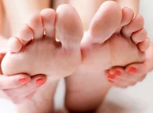 Combatir los pies secos y agrietados con remedios naturales