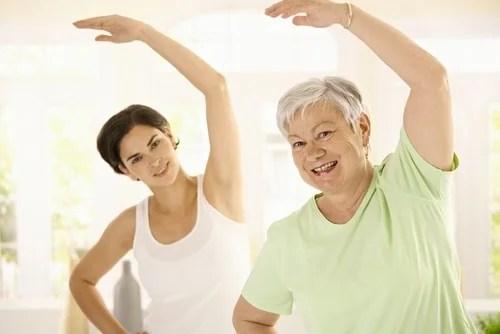 mujer mayor con entrenadora personal