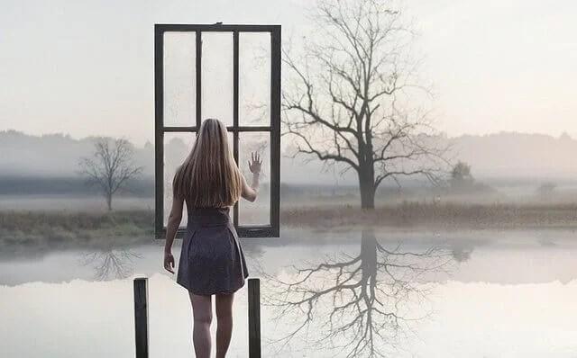 mujer-ante-una-ventana-suspendida-en-el-aire