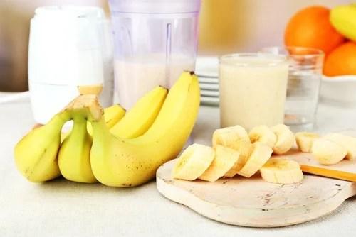 Plátano y leche para hacer una mascarilla capilar