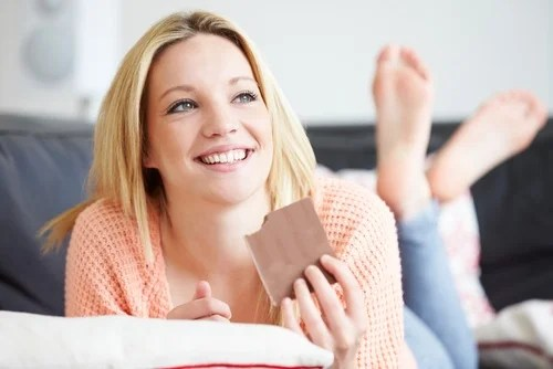 joven comiendo chocolate