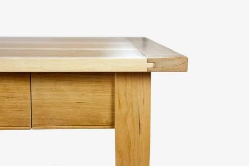 Mesa de madera para optimizar el almacenaje en tu cocina.